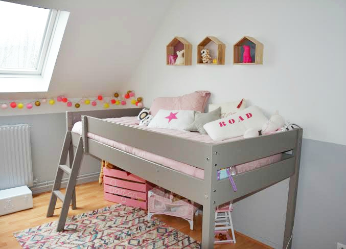 D co chambre mansardee fille for Decoration murale chambre fille