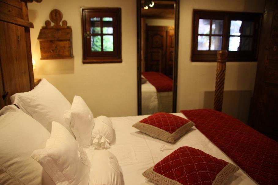decoration chambre rouge et beige - visuel #3