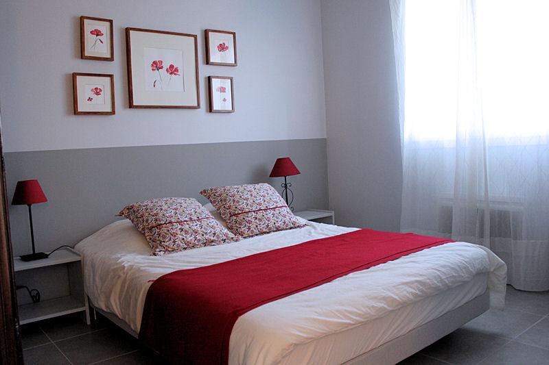 decoration chambre rouge et beige - visuel #6