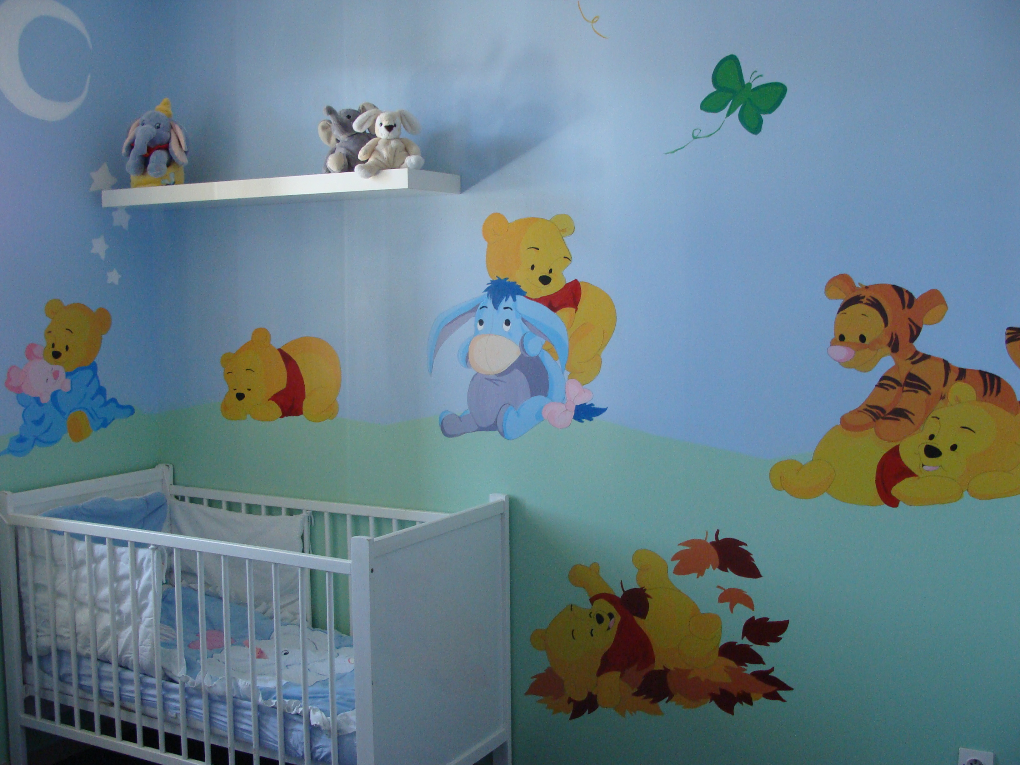 Decoration chambre fille winnie for Peinture chambre mansardee