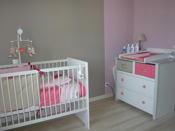 Decoration chambre bebe gris rose for Deco chambre bebe mansardee 2