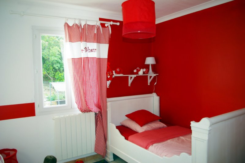 deco chambre fille rouge. Black Bedroom Furniture Sets. Home Design Ideas