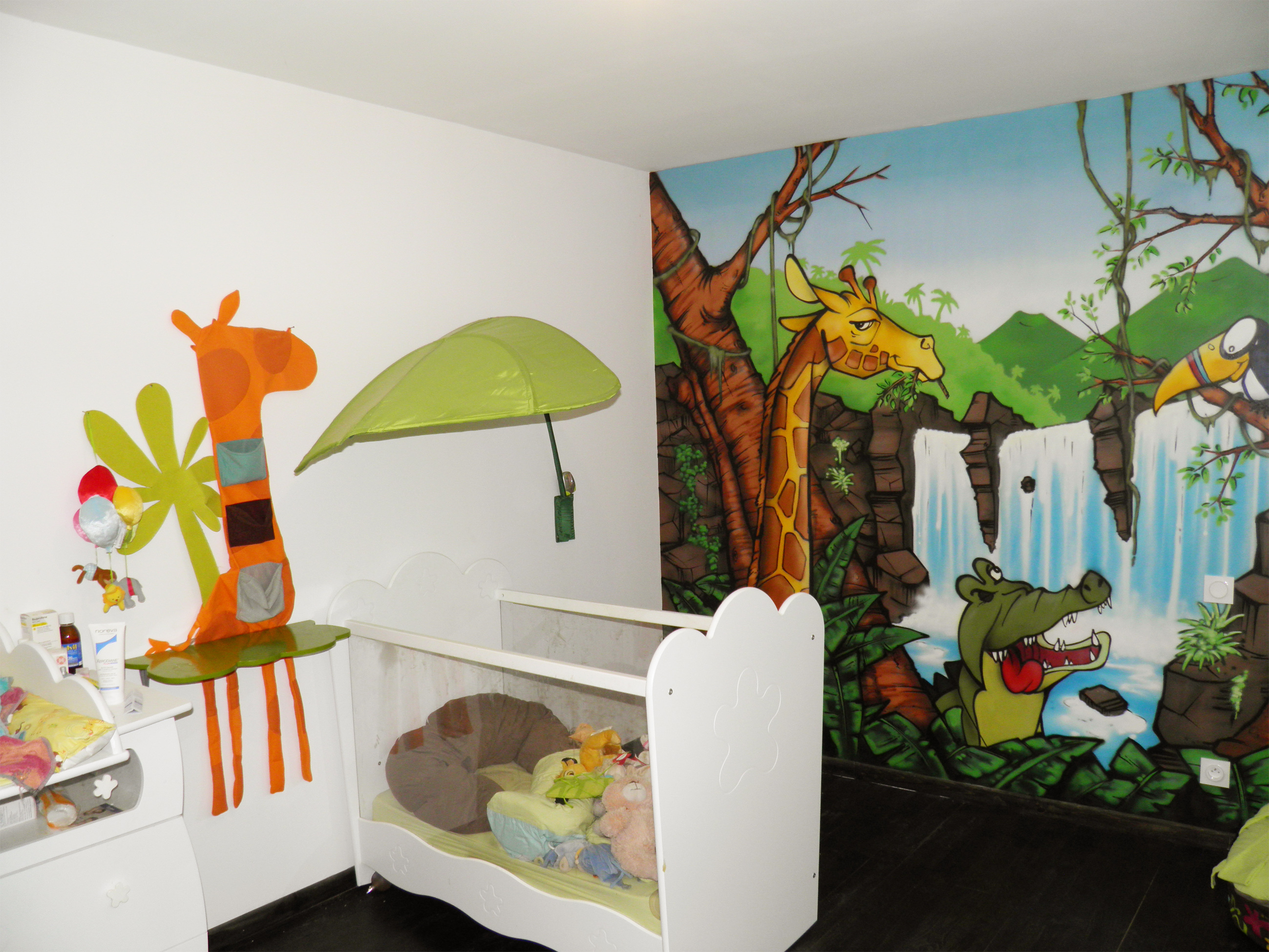chambre bebe decoration jungle. Black Bedroom Furniture Sets. Home Design Ideas