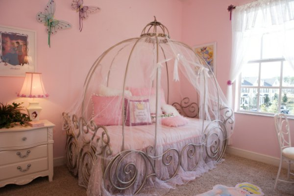 Decoration chambre fille princesse disney for Chambre princesse conforama