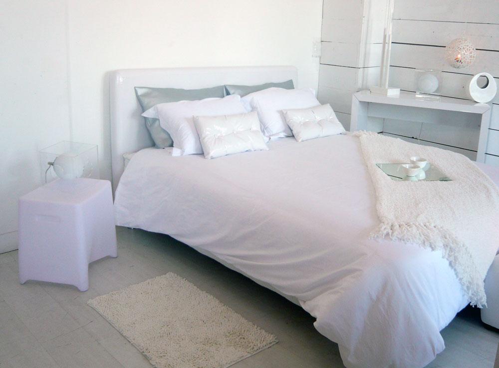 chambre toute blanche amazing une chambre douce et dco toute blanche avec pouf imitation peau. Black Bedroom Furniture Sets. Home Design Ideas